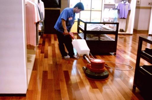 实木地板护理 地板打蜡是保护地板的一种措施,能使其延长使用寿命达至美观的效果。有专业人员操作打蜡机、抛光机、配合不同面蜡、水蜡、硬蜡针对木地板、复合木地板、大理石、地砖来完成。达到亮丽,防磨损的效果。 地板打蜡操作程序: 1、吸尘:除地板表面上的附着物及一些粘合剂、胶、水泥、漆点等 2、清洗:用电拖把、桑拿机、除菌、清洗、对地板无损坏 3、上蜡:针对不同的地板,使用不同的蜡,均部涂蜡<环保蜡> 4、抛光:专业人员操作+抛光机完成 实木地板翻新 实木地板翻新 随着实木地板的普及,越来越多的家庭开